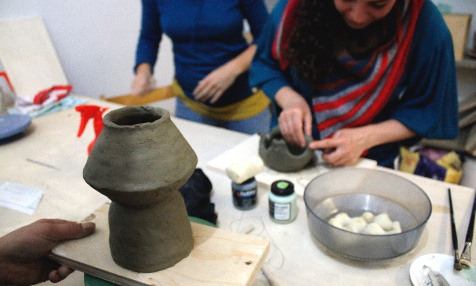 lavorare l'argilla a mano